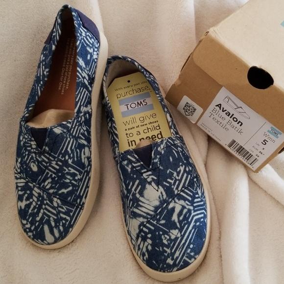 db05bd6cbc4 TOMS Avalon Blue Batik Textile Size 5 Women s
